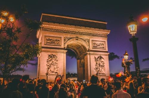 Paris, Les Champs-Élysées : restaurants et boutiques