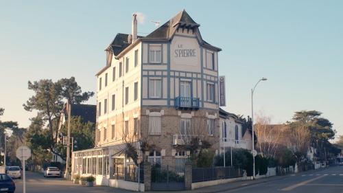 Autour de l'hôtel Saint-Pierre